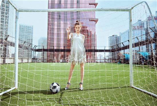 徐璐曝光最新写真 足球少女活力十足