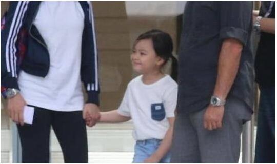 刘德华女儿正面神似爸爸 逛街穿着太朴素