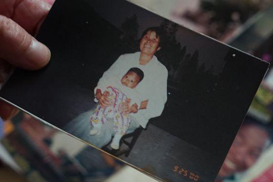 """上海阿婆18年前在草丛里捡回来的""""小黑孩"""",现在要上大学啦!"""