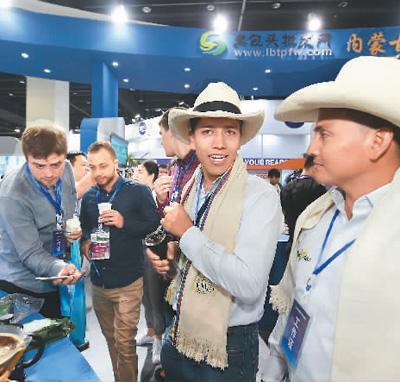 2018中国国际电子商务博览会上的中外客商。龚献明摄(人民视觉)