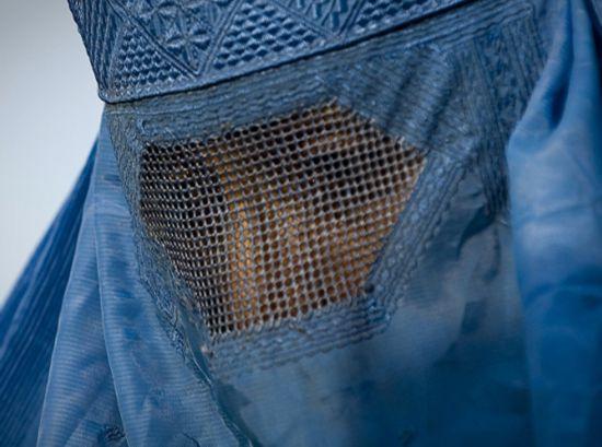"""荷兰颁布""""布卡""""禁令 禁止女性在公共场合戴面纱"""