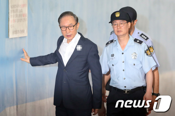 77岁李明博一周三次受审疑似体力不支,用手扶墙进法院