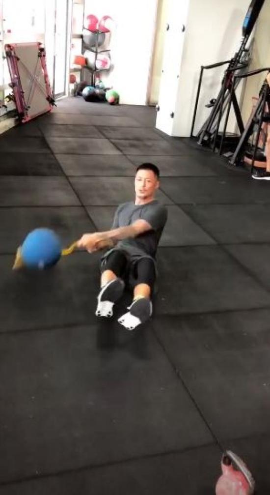 余文乐使用健身球