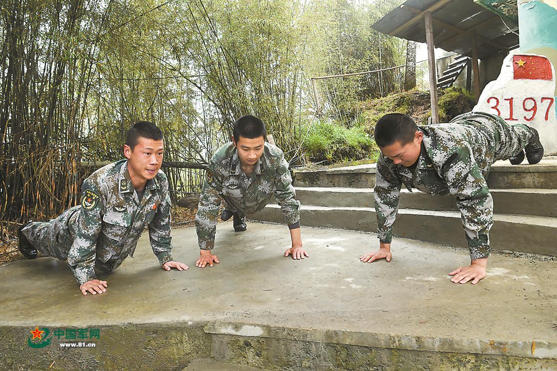 军网关注三面悬崖的3197哨所 战士背饮用水要走