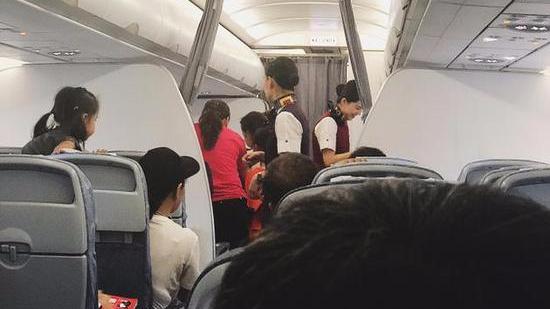 网友坐飞机偶遇黄子韬被小朋友包围 调侃:孩子王