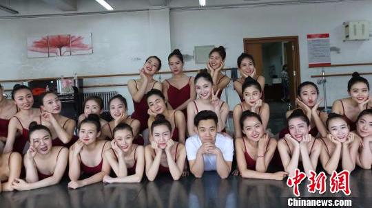 """内蒙古一高校全班37人仅1名男生 成为""""班宠"""""""