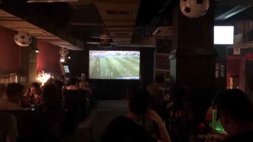 """世界杯决赛 中国球迷告别""""熬天光"""""""