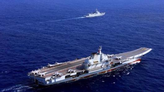 """中国两大航母首次在大连造船厂内""""双舰合璧"""""""
