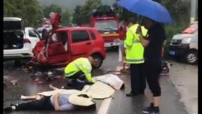 男子驾车与三轮车相撞致4死 称赔不起众筹丧葬费
