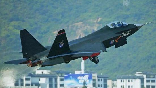专家:歼-31隐身战机更适合上航母 或3年实现上舰