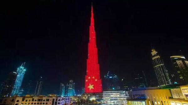 这个国家因何突然竖起巨幅五星红旗? 他们的期盼