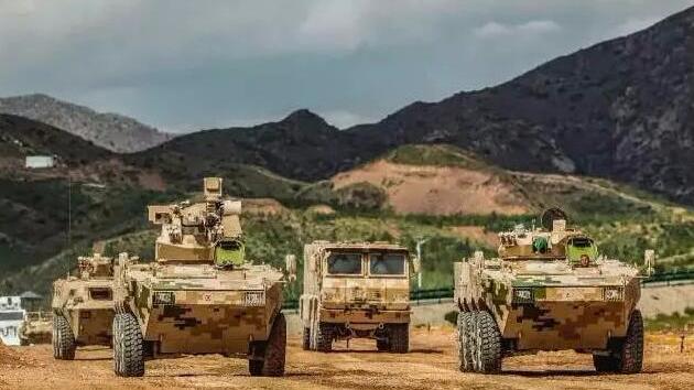 危急关头!兵工厂冲出一队崭新装甲战车