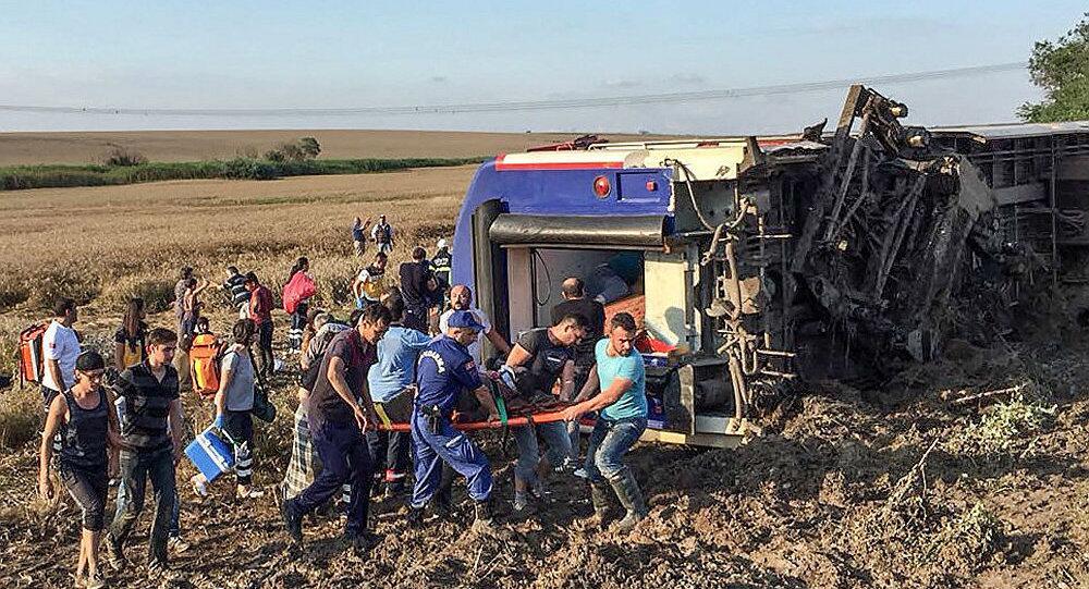 土耳其火车脱轨致10死73伤 土交通部:大雨致铁轨基土塌陷