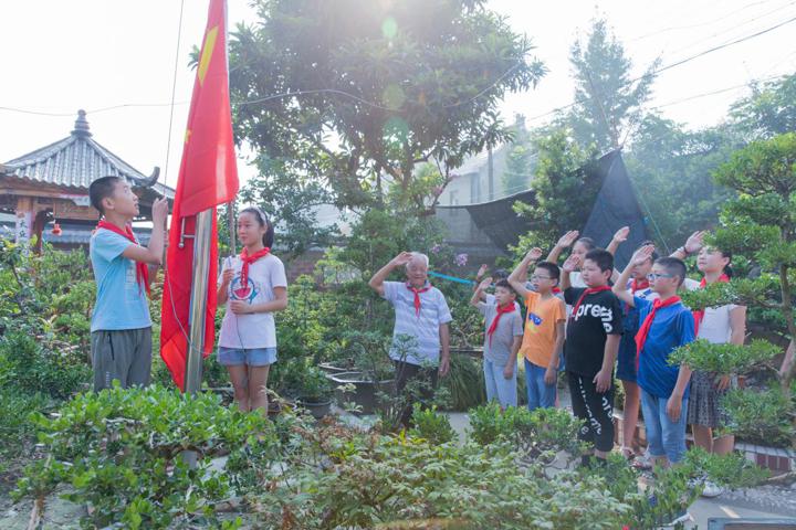 """在家中升五星红旗,给孩子讲抗战故事——八旬老兵用自己的方式传承""""爱国情怀"""""""