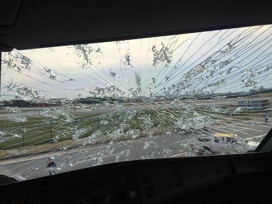 天津航空A320客机高空遭遇雹击 雷达失效风挡裂开
