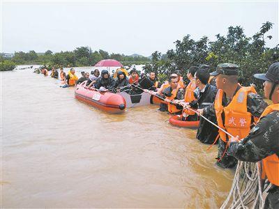 洪水肆虐 官兵紧急驰援解救受灾群众