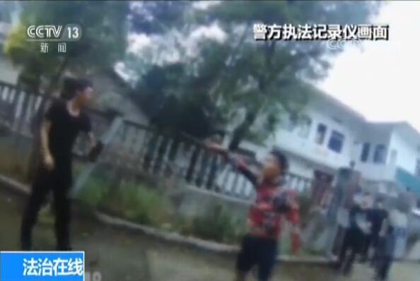 警察做了啥 竟遭女子当街撕咬 一家三口持刀飞踹