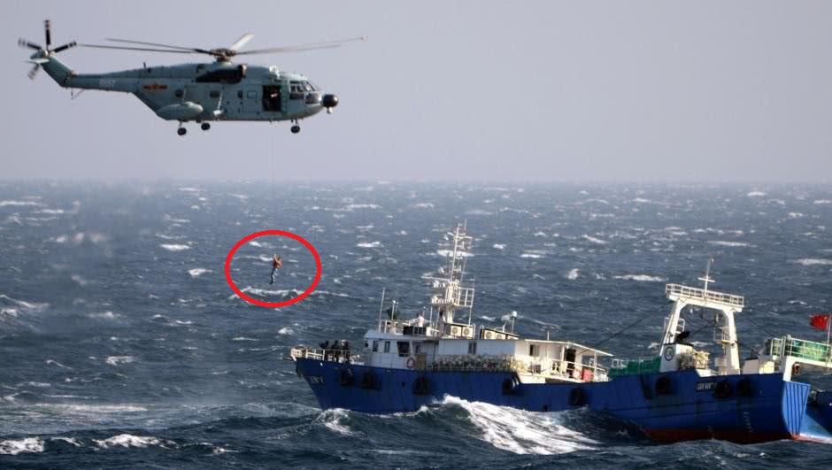 13吨大家伙悬停商船救人,海军直8曝帅操作,机降作战时更管用