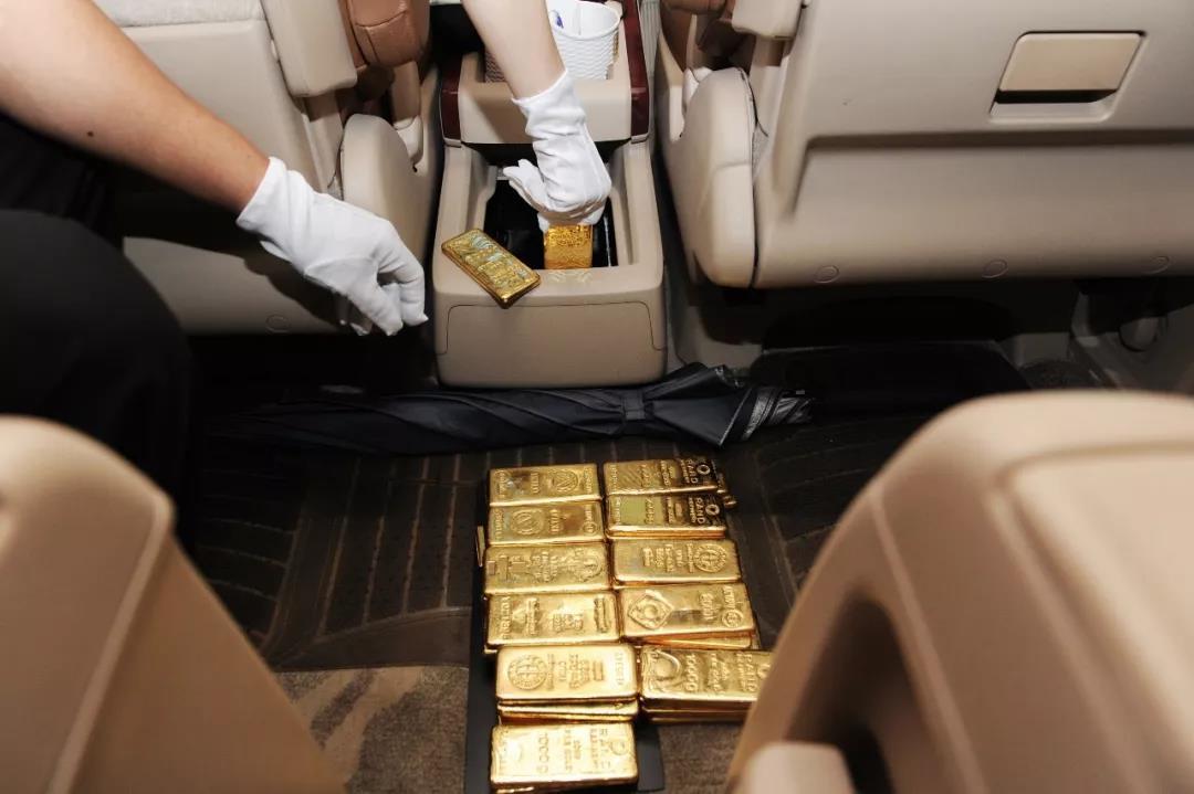 """香港司机带着""""一套房""""过关被拦:深圳海关查获44块金砖"""