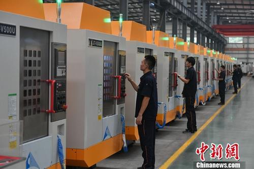 资料图:福建泉州一家数控公司的工作人员正在作业。<a target='_blank' href='http://www.chinanews.com/'>中新社</a>记者 吕明 摄