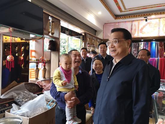 李克强西藏考察进小店花116元买特产:咱公平买卖