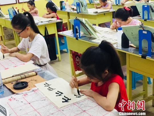 """中国学生族催热""""暑假经济"""" 家长直呼变""""烧钱季"""""""