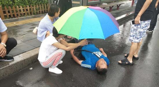 暖!男子雨中摔倒重伤 他们的举动值得所有人点赞