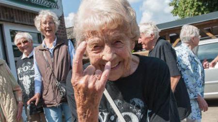 """德国俩老人逃离养老院 被发现正在重金属音乐节上""""蹦迪"""""""