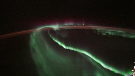 宇航员太空俯瞰极光:绚丽光芒舞动 如梦如幻(图)