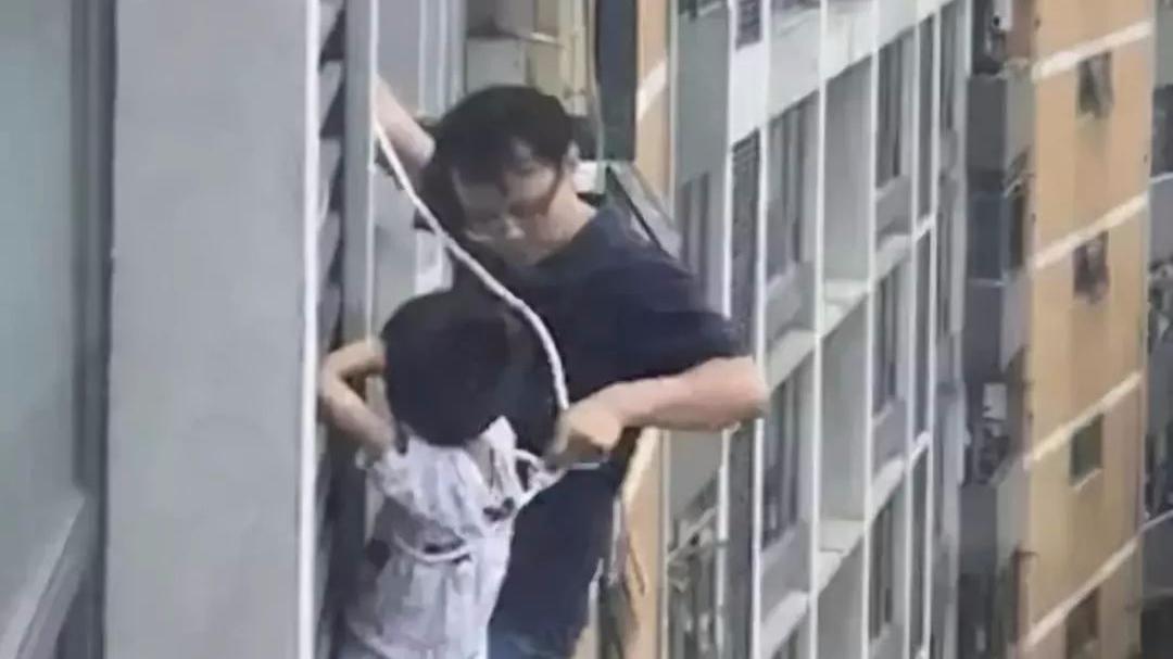 这就是父爱!7岁男孩悬在七楼窗外,爸爸一个举动让人心惊肉跳