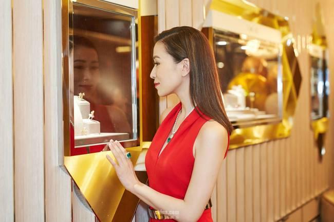 佘诗曼受邀亮相某品牌活动 烈焰红唇气场全开