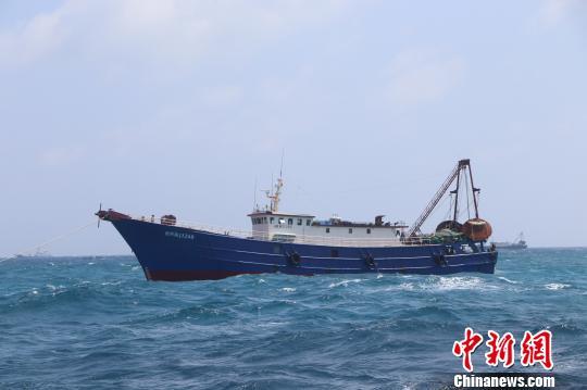 一渔船在永暑礁附近遇险 专业救助船出动3人获救