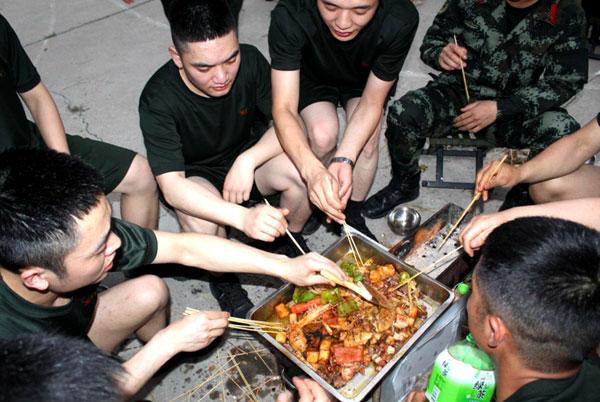 兵哥哥带你来看看部队里的烧烤大餐