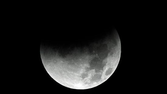 月球表面发现有冰的直接证据 或暗示新生命可能性