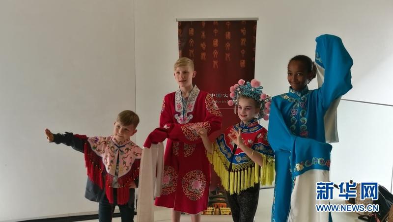 中国京剧在安徒生故乡上演 吸引众多小粉丝慕名观看
