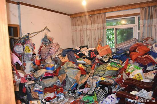 女子爱好收藏垃圾被邻里起诉 16人1天运出30车垃圾