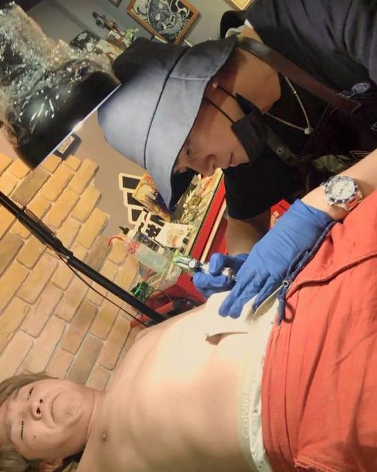 罗志祥变纹身师亲自上阵 作品画风跑偏遭网友吐槽