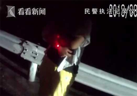 16岁少女遭网友敲诈跳车 高速上拦车大呼