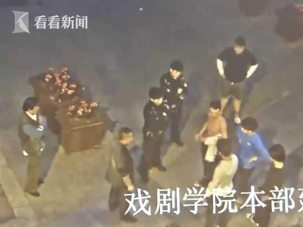 大学生酒后殴打的哥 跳上引擎盖猛砸还叫同学助阵