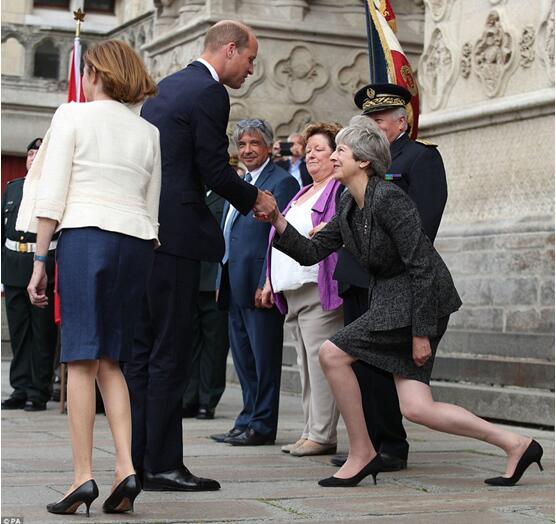 """英国首相为向王子行""""屈膝礼""""差点受伤,英媒狂吐槽:还能更卑微么?"""