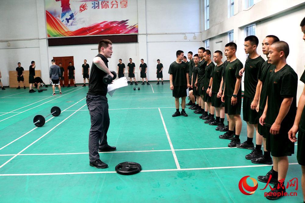 武警北京总队执勤十支队:健身教练入警营 力争官兵体能训练