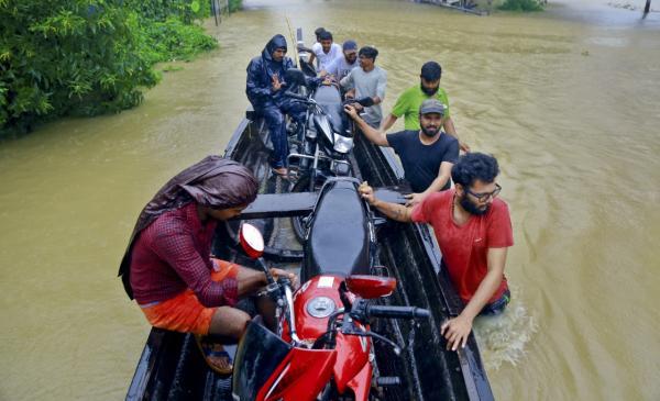 """印度""""百年最严重""""洪灾已致324人死亡,莫迪今空中视察"""