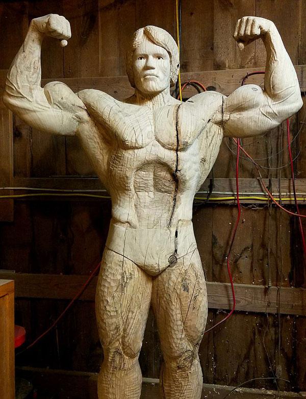 赞!美艺术家将树干雕刻成真人大小施瓦辛格雕像