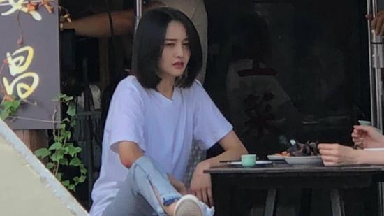 """郑爽与男友隔空秀恩爱 穿""""定情信物""""现身片场"""