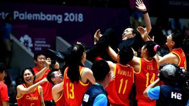 出征西班牙世界杯! 中国女篮获赠专属荣誉外套