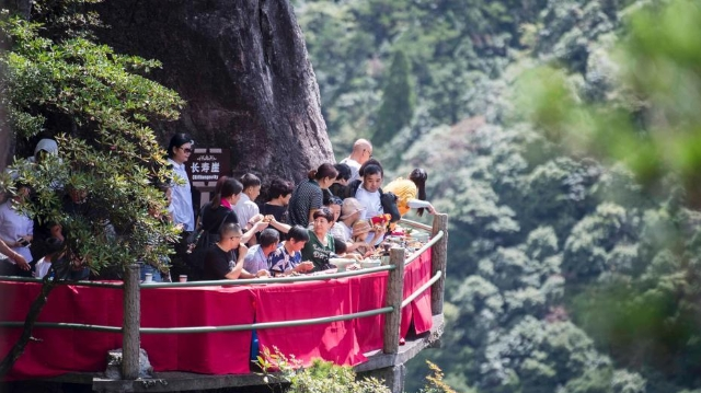 浙江龙泉山悬崖餐厅开放 游人登绝壁栈道体验美食