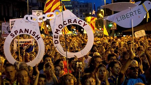 西班牙上万民众涌上街头 要求?#22836;?#21152;泰地区前官员