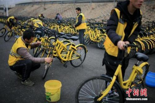 資料圖:運維人員在保養單車。<a target='_blank' >中新社</a>記者 佟郁 攝