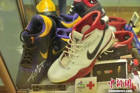体育明星科比亲笔签名球鞋。 符宇群 摄