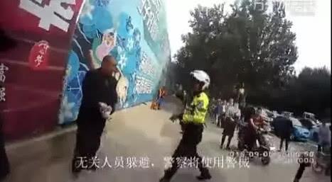 男子掏刀向交警捅去之后…这段执法视频火了!